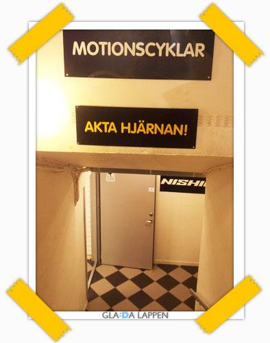 Akta hjärnan! Uppmaning i Sportson-butiken i Vasastan, Göteborg