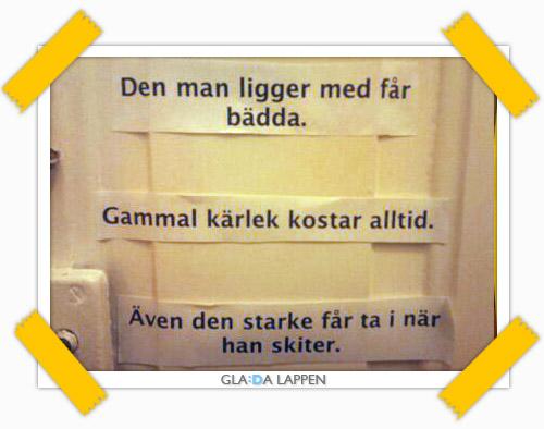 Tre glada lappar som sitter på insidan en toalettdörr i Stockholm