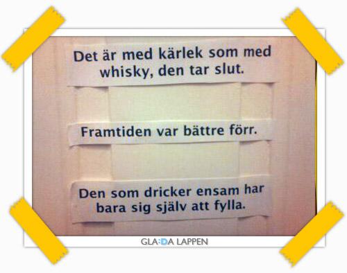 Ytterligare tre stycken glada lappar på den där toalettdörren i Stockholm
